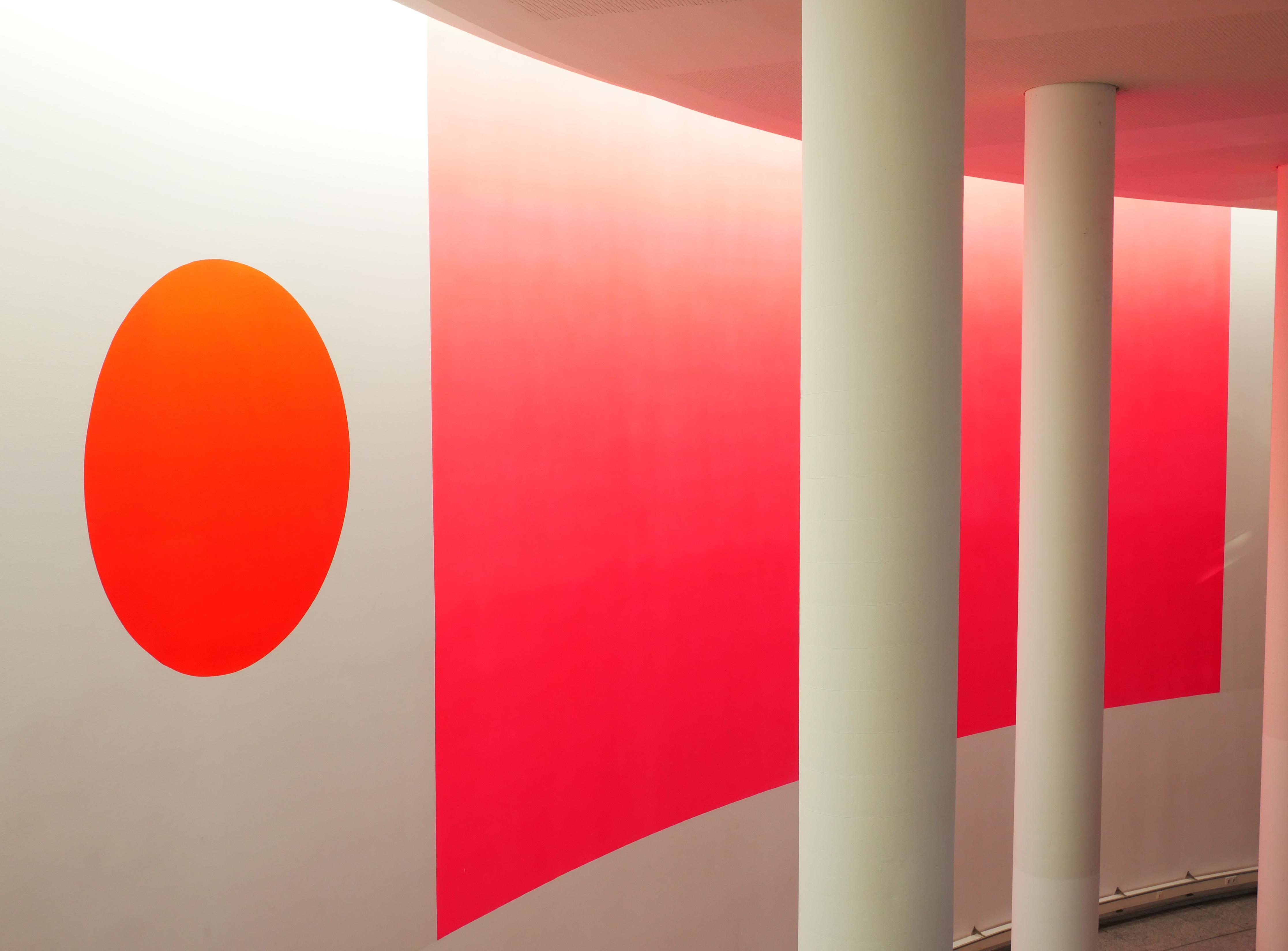 Farbkomposition Rot in der Fachhochschule, München