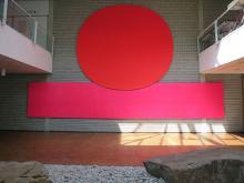 Gerundetes Rot im Foyer der Stadthalle, Bottrop