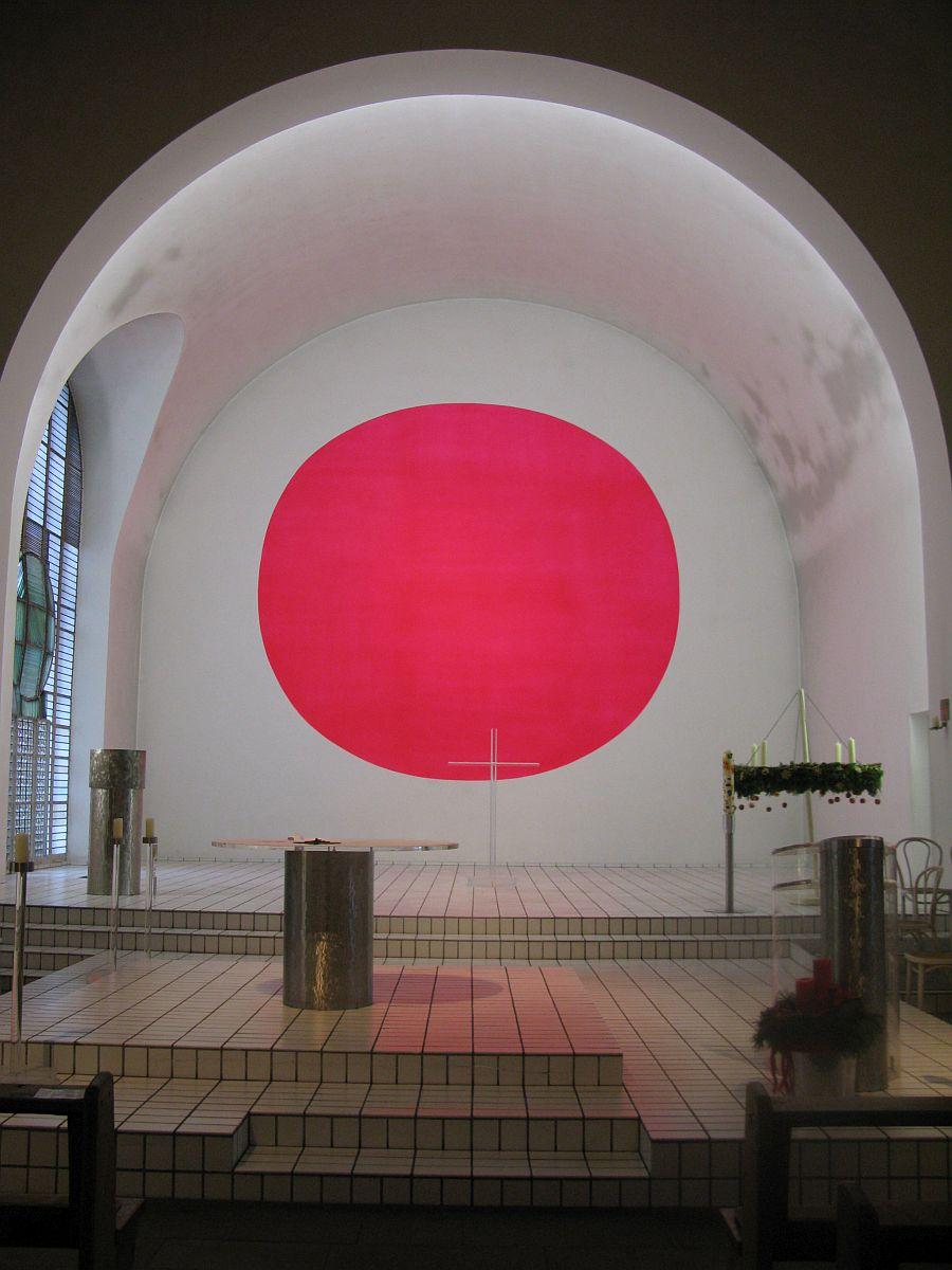 Gerundetes Rot in der Apsis der Kirche St. Ludwig, Ibbenbüren/Westfalen